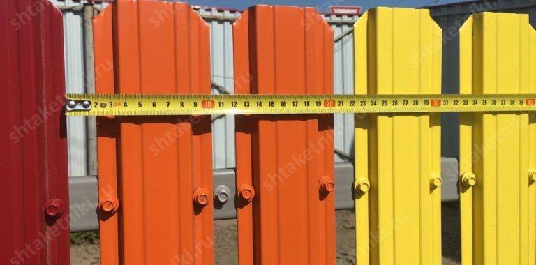 Расстояние между металлическим штакетником на заборе