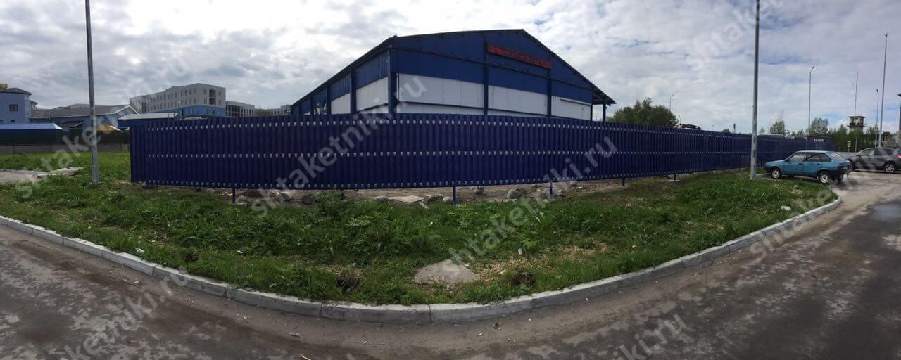 Шикарный забор из двухстороннего штакетника 5002 Синий Ультрамарин в Мурманске