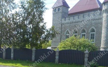 Замок с забором из штакетника шахматкой в Кемерово