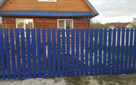 Фото забора из металлического штакетника в Челябинске