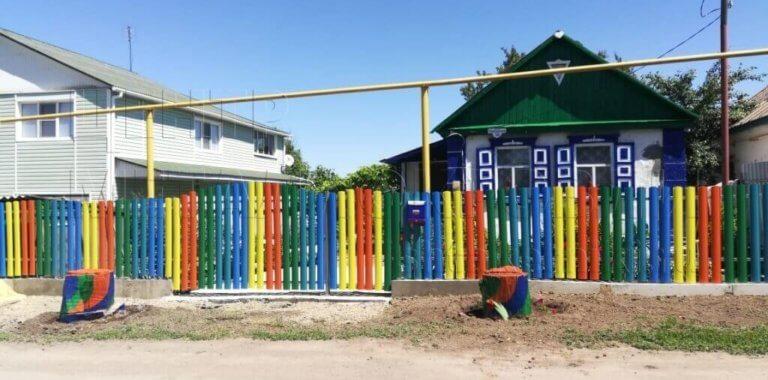 Разноцветный забор из евроштакетника