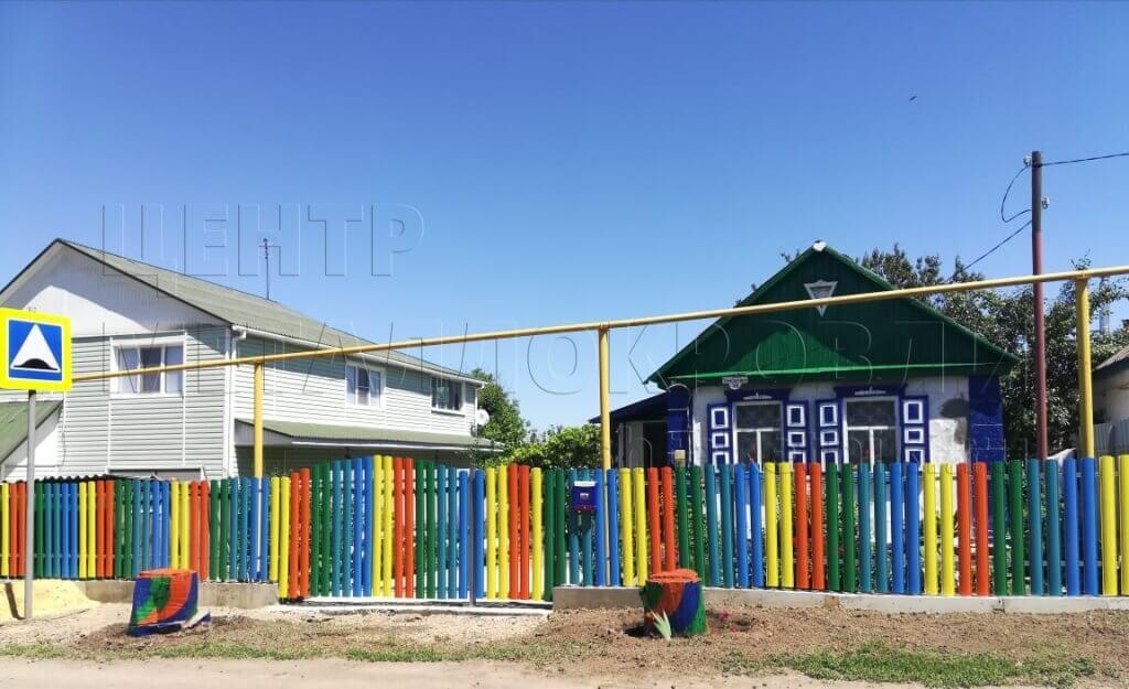 Разноцветный забор из штакетника