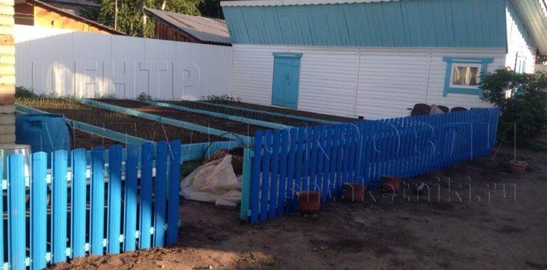 Декоративный заборчик из полукруглого штакетника 5005 Синий Сигнал в Тюмени