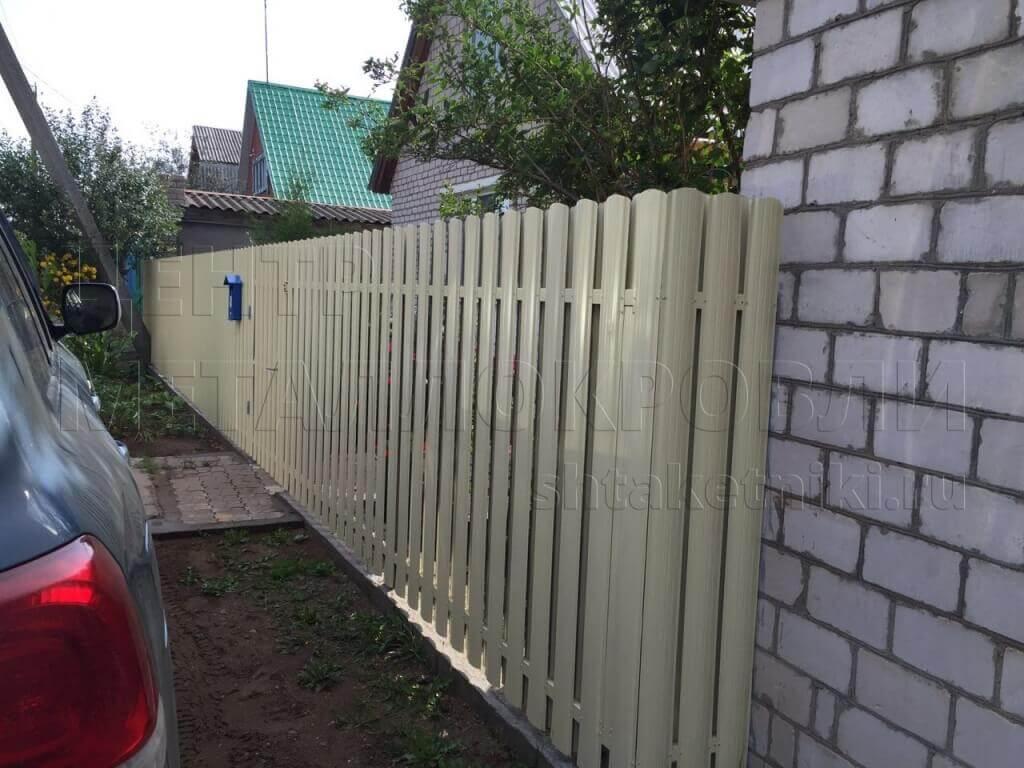 Забор из штакетника - как можно обыграть угол забора