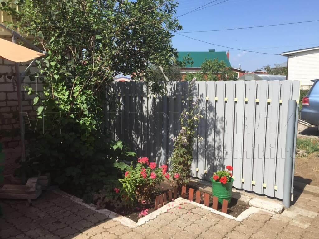Вид на забор с комбинированным заполнением изнутри
