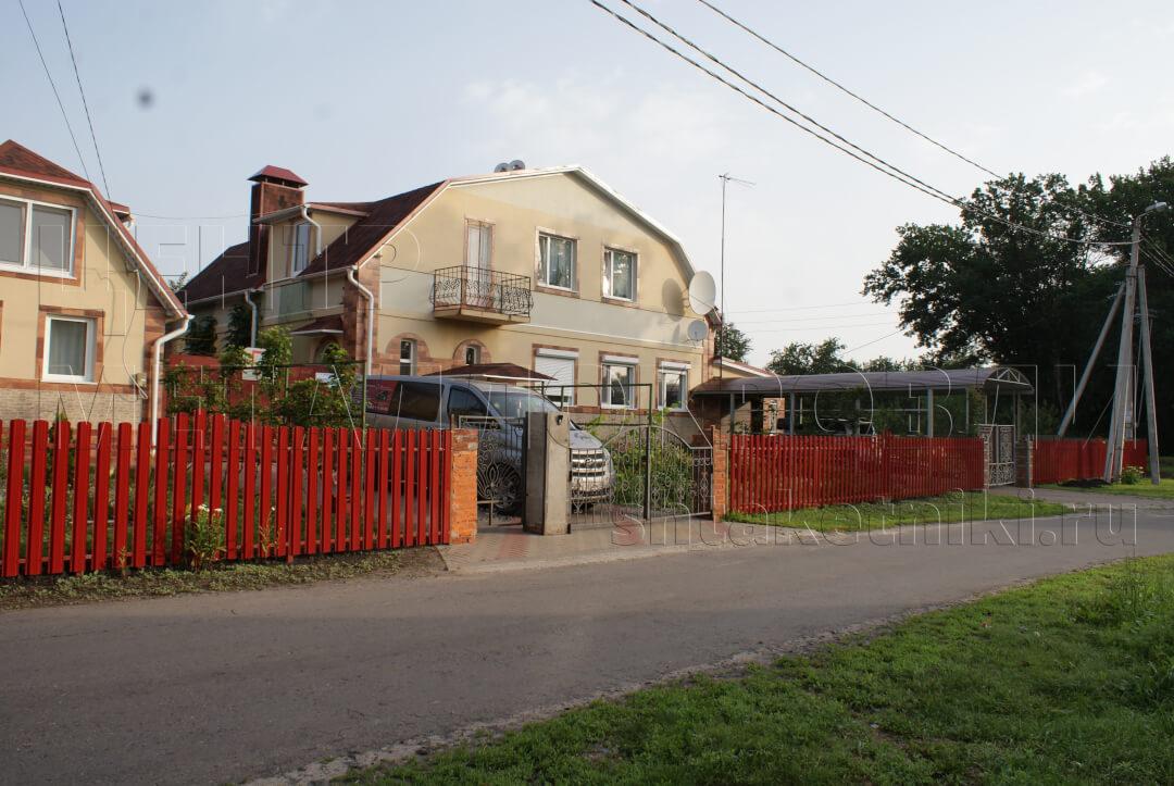 Забор из евроштакетника широкого покрытие полиэстер Красный RAL 3020