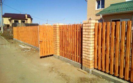 Забор из металлического штакетника PRINTECH Золотое дерево