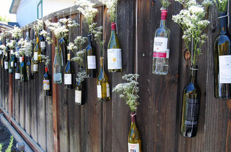 Стеклянные бутылки на заборе