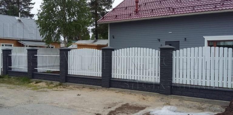 Забор из евроштакетника полукруглого цвет Белый