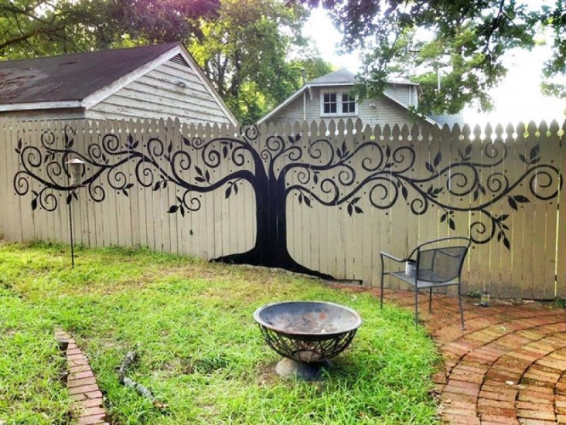 Трафаретное дерево на заборе