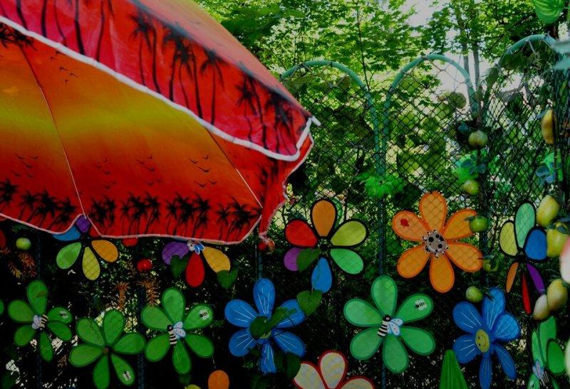 Бумажные цветы на заборе