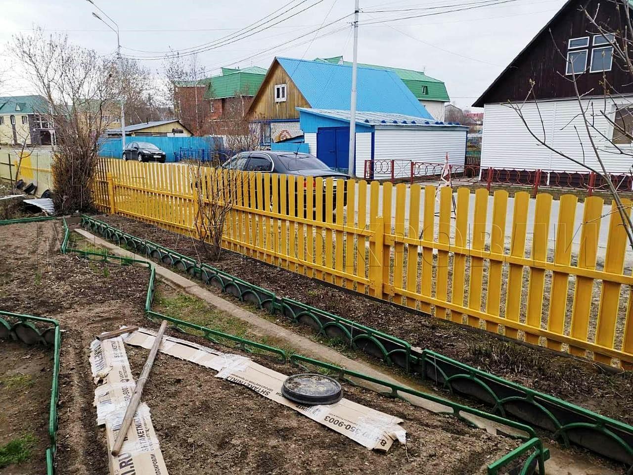 Полукруглый евроштакетник жёлтый с грунтом в цвет в Ханты-Мансийске - 1