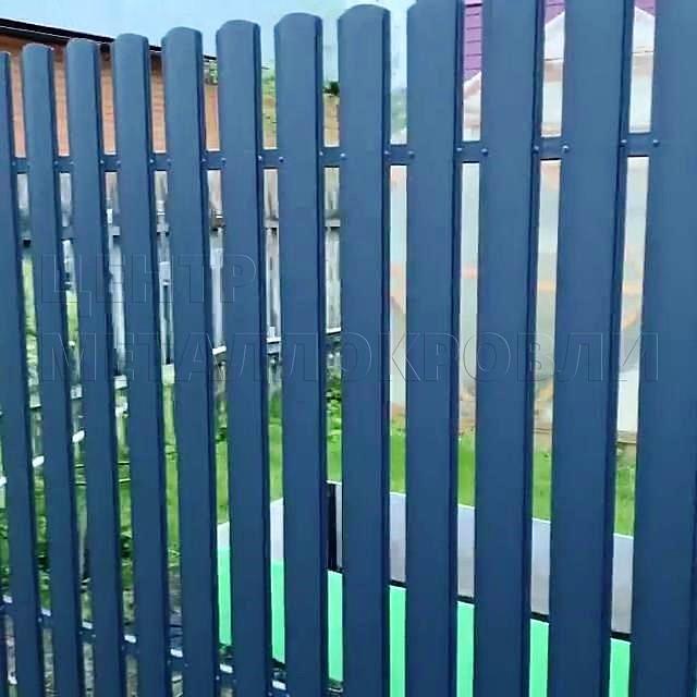 Забор из фигурного евроштакетника цвета Серый графит появился в Электрогорске