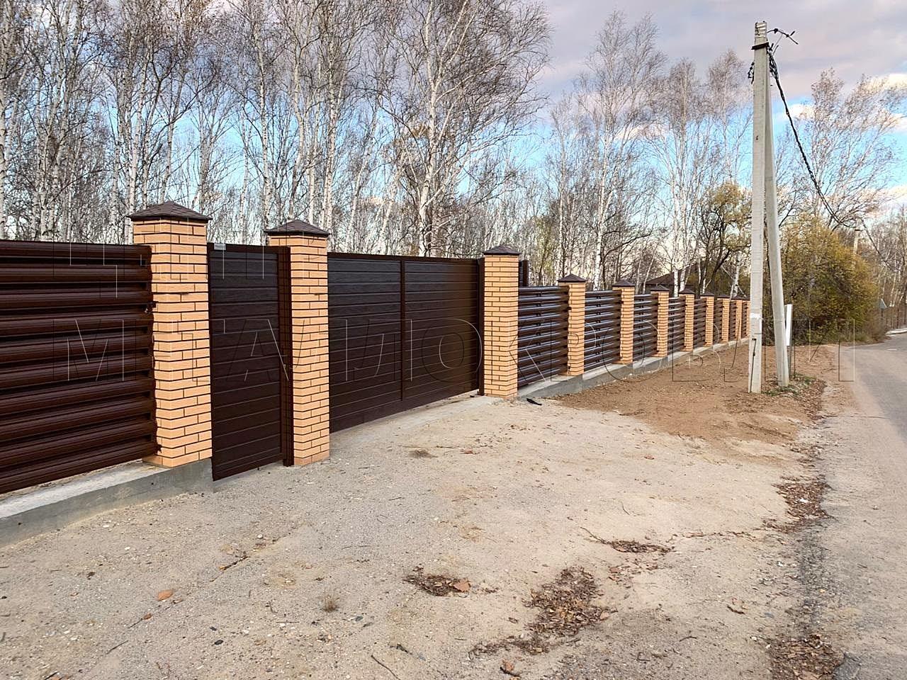 Забор-шахматка из полукруглого евроштакетника цвета RAL 8017 Шоколад дизайн ранчо-1