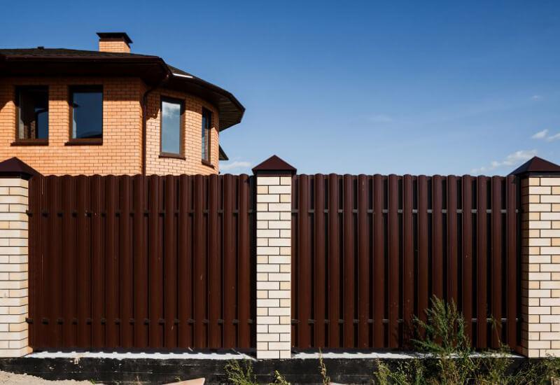 Ворота и калитка из металлического штакетника фото