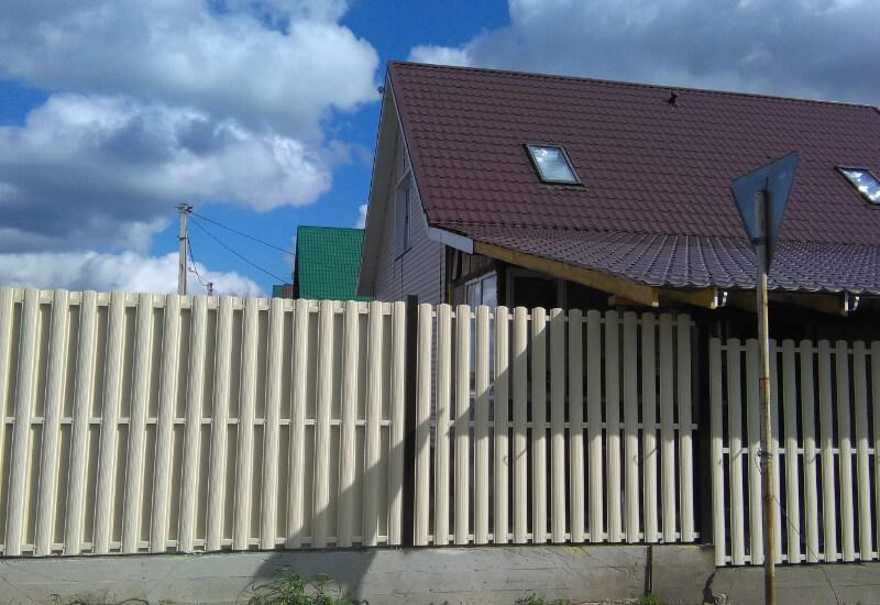 Фото ворот с заполнением штакетником узким 85мм